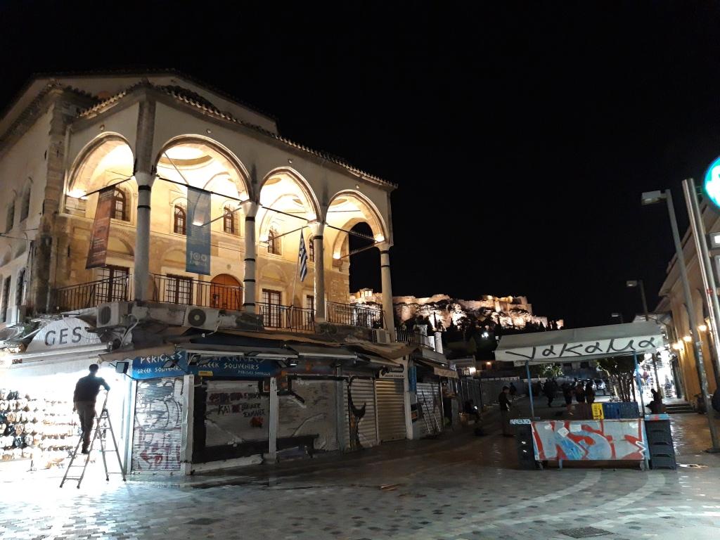 Moscheea Tzisdarakis (Muzeul Artei Populare din Atena)  și Acropole, în plan  secund
