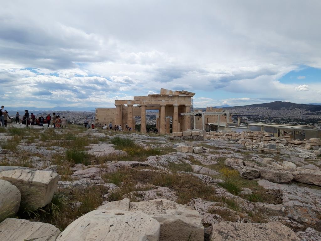 Propileele și locul unde se înălța statuia Atenei Promahos